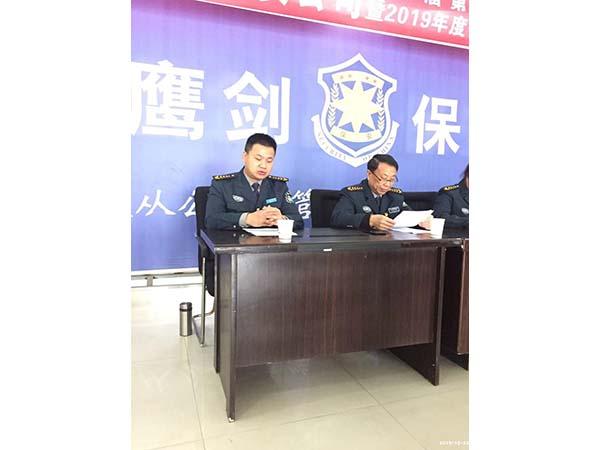 新当选的工会委员、公司副总经理李丹在主席台上