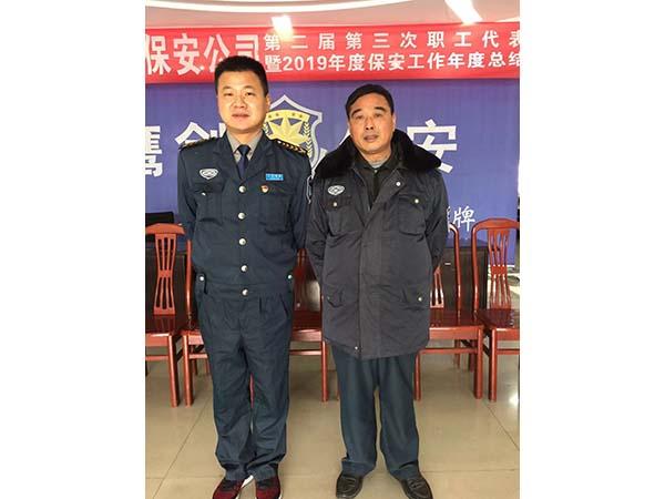 公司副总经理李丹与老同志姜香保合影留念