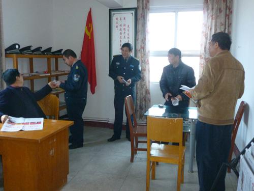 党员在公司党员活动室学习